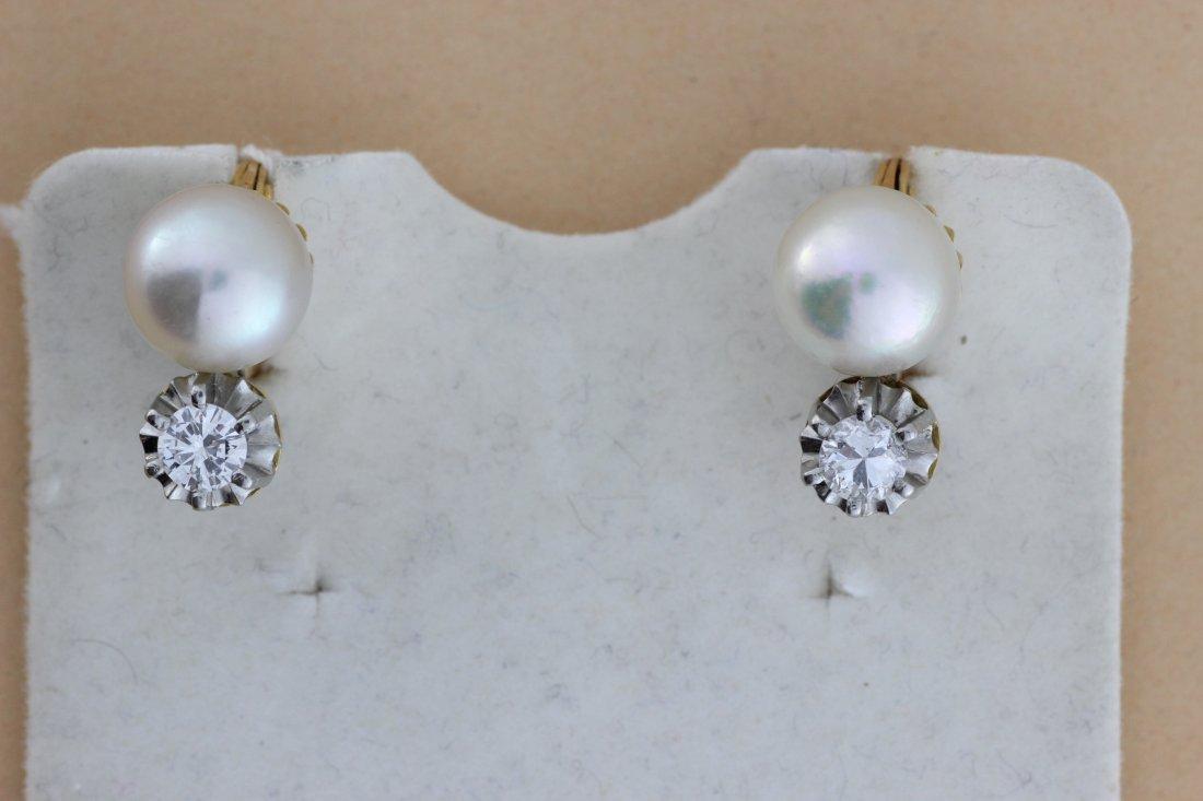 Paire de boucles d'oreilles en or ornées de perles et d