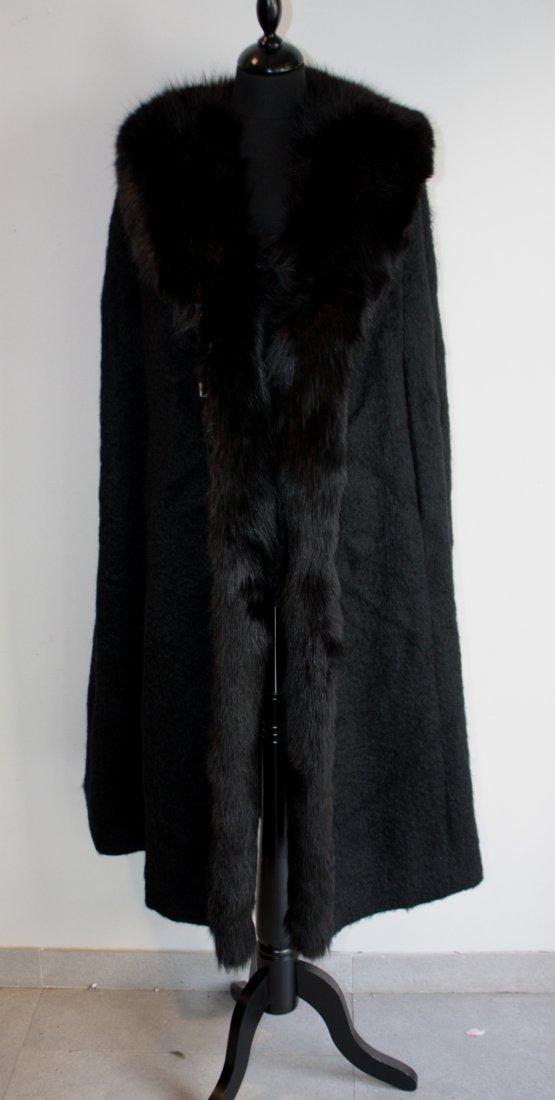ANONYME Cape en laine mohair noire, col en renard noir.