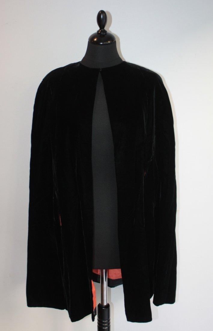 ANONYME  Cape en velours de soie noire, intérieur en sa