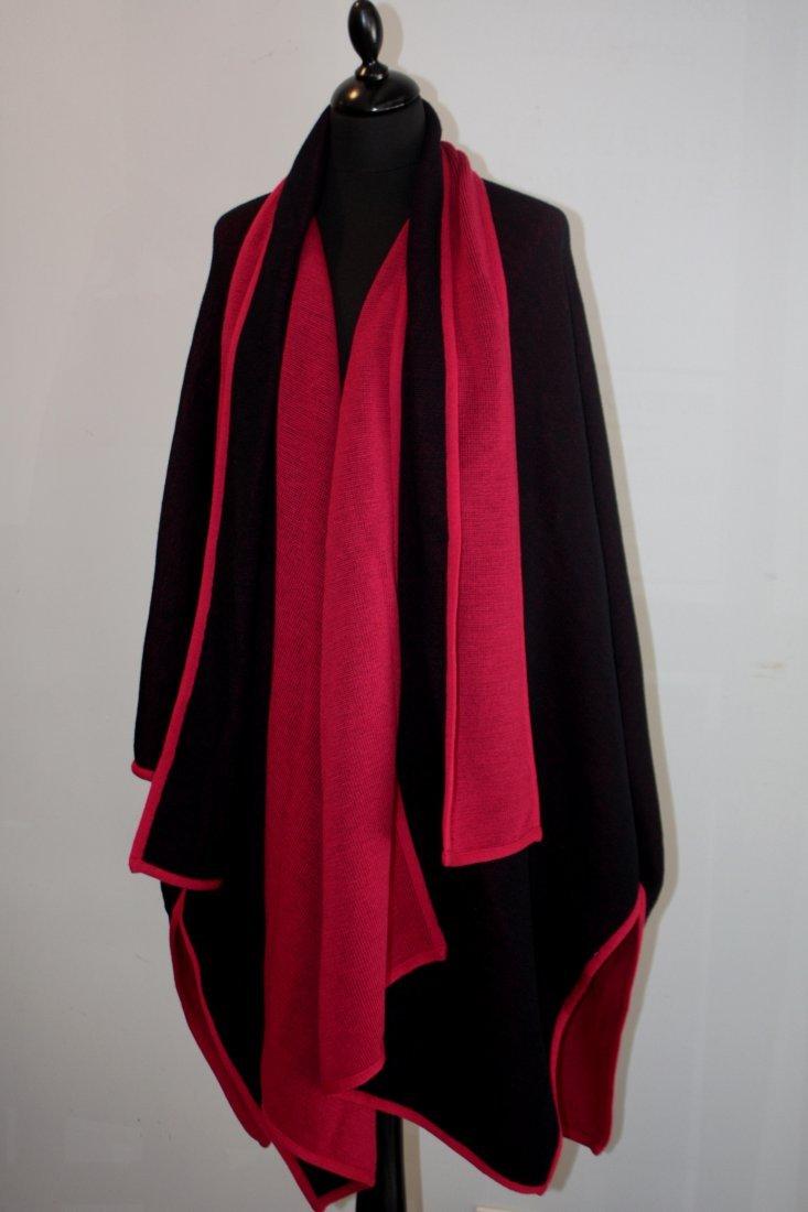 ANONYME  Cape rouge, intérieur noir Bon état