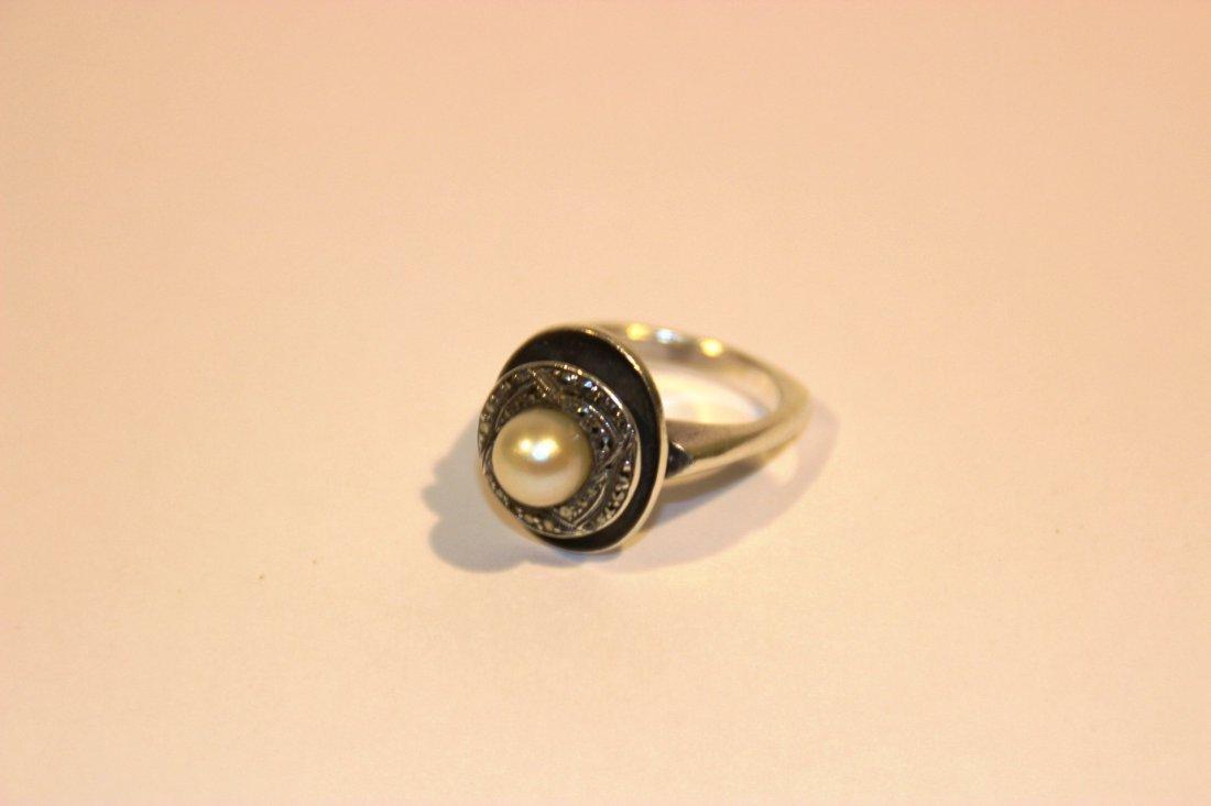 Bague en argent sertie de strass et d'une perle P: 8 g