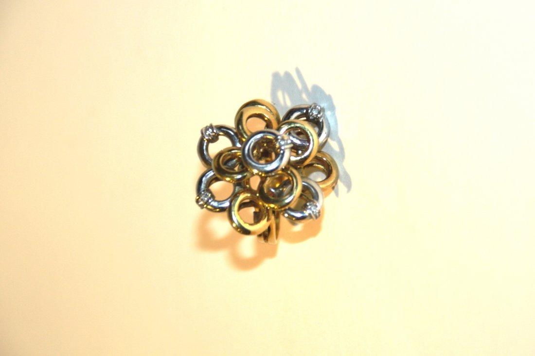 Bague de forme fleur en deux ors ornée de 5 brillants.