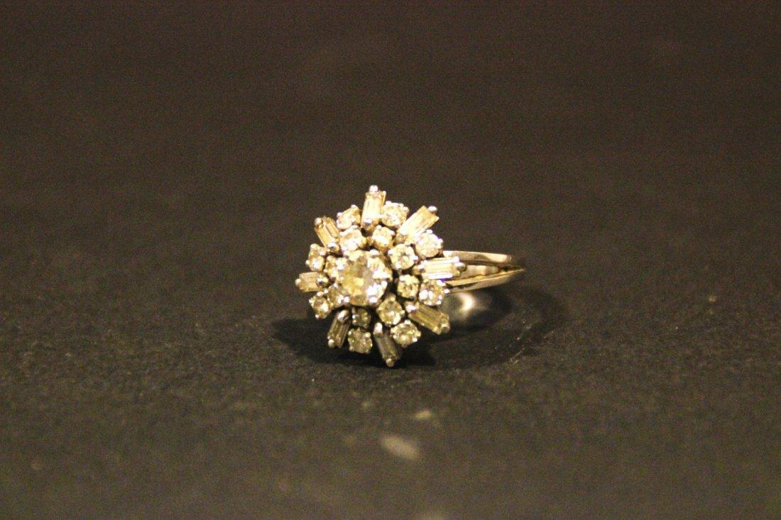 Bague en or blanc ornée d'un diamant central dans un