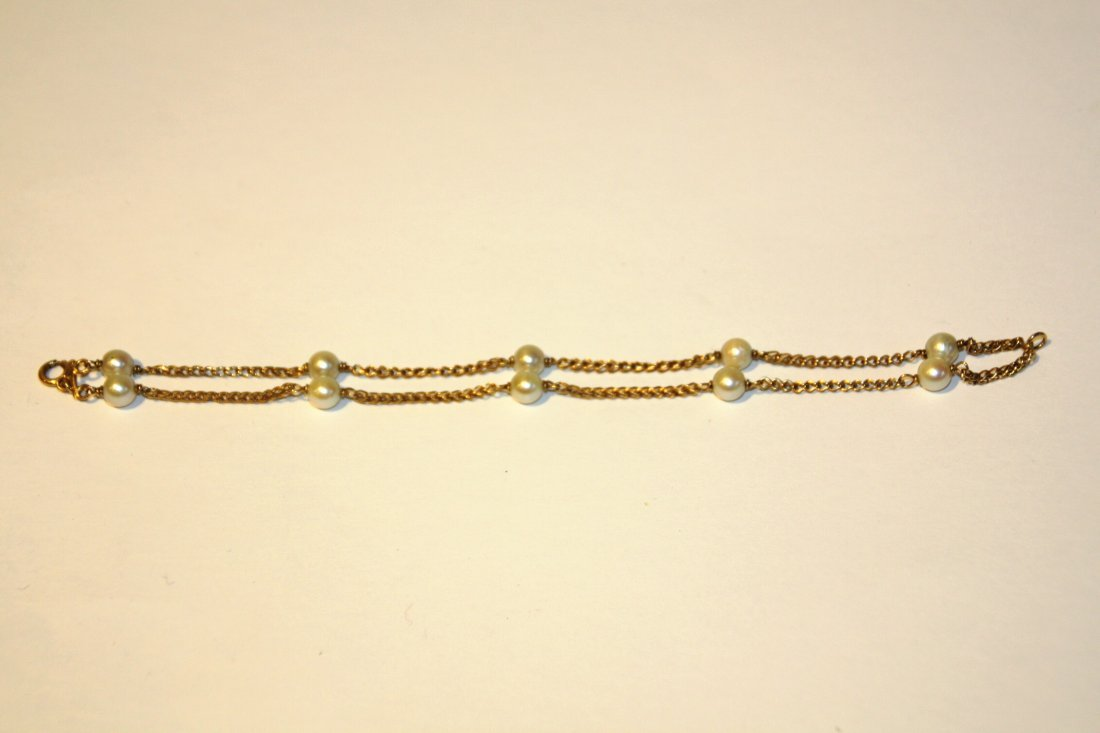 Bracelet à 2 rangs en or jaune orné de perles blanches,