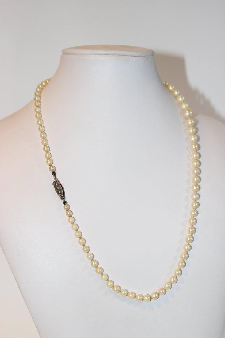 Collier de fines perles blanches , fermoir en argent