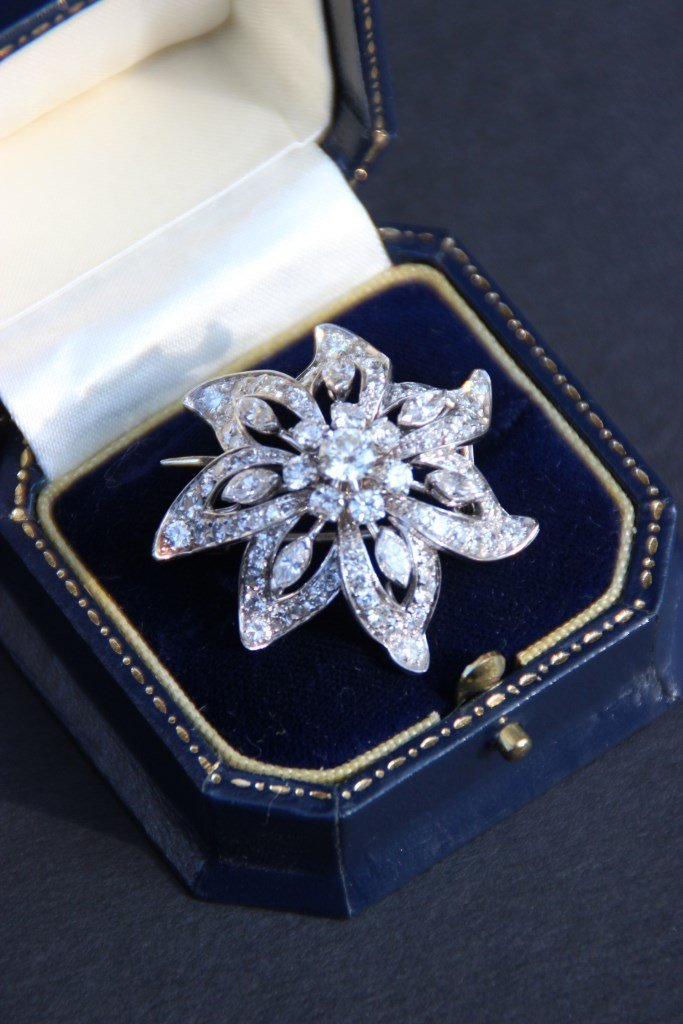 Broche en or blanc 18K et pavage de diamants