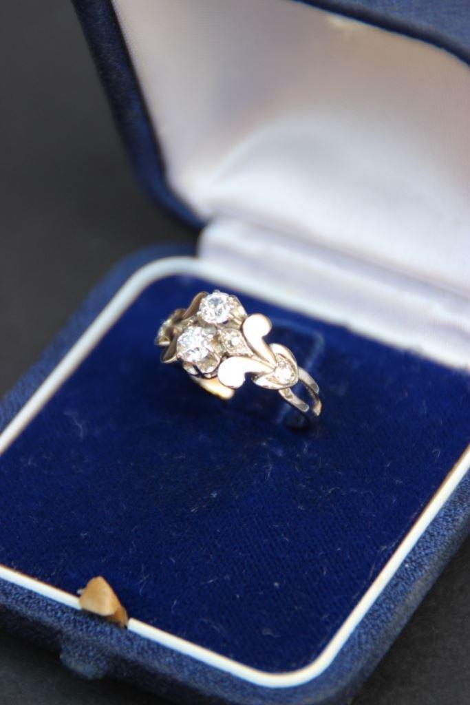 Une bague en or et platine, et deux diamants taille