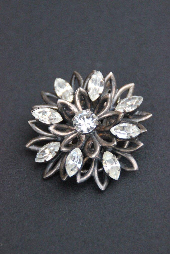 Broche en argent en forme de fleur ornée de strass P :