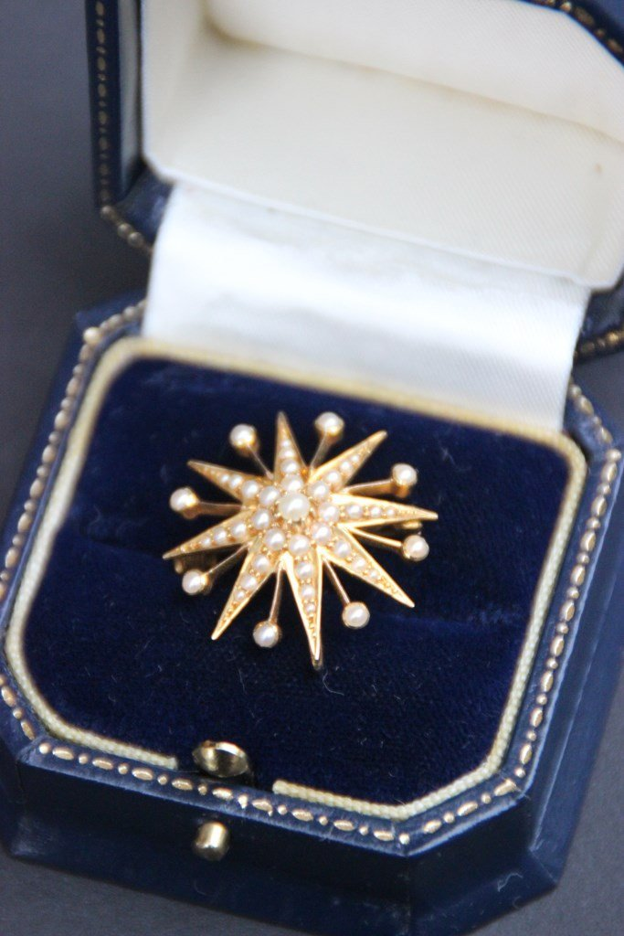 Etoile de Sissi en or jaune ornée de perles  P : 4 g