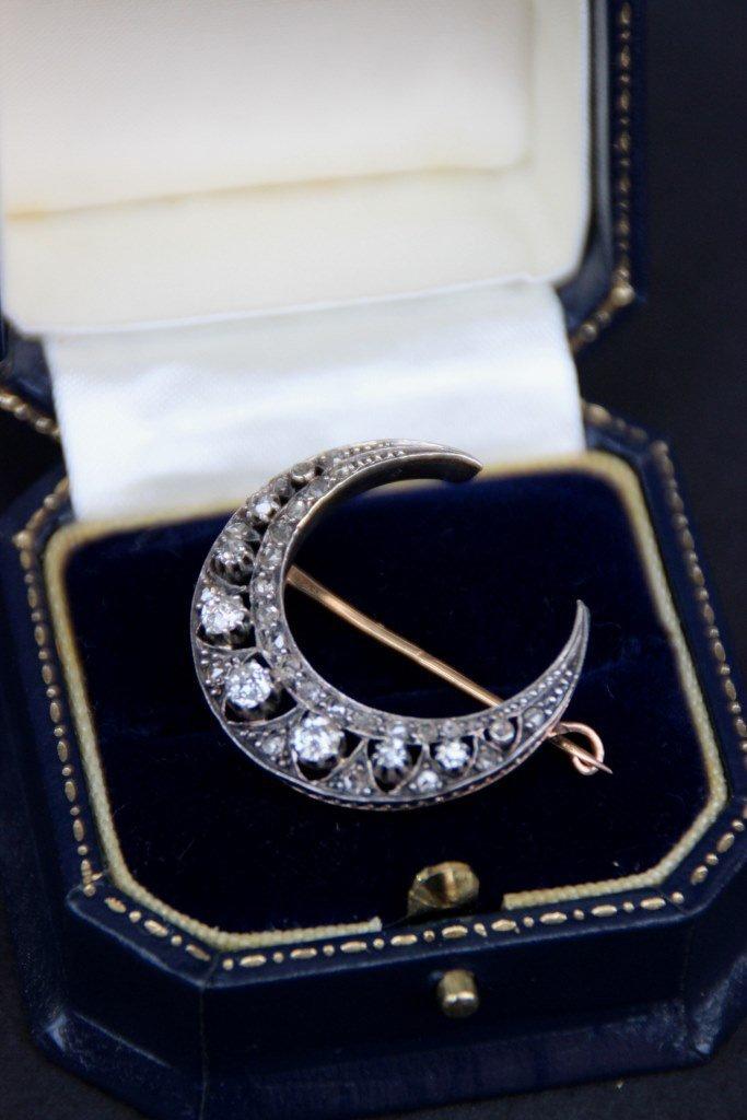 Broche en or blanc de forme lune ornée de petits