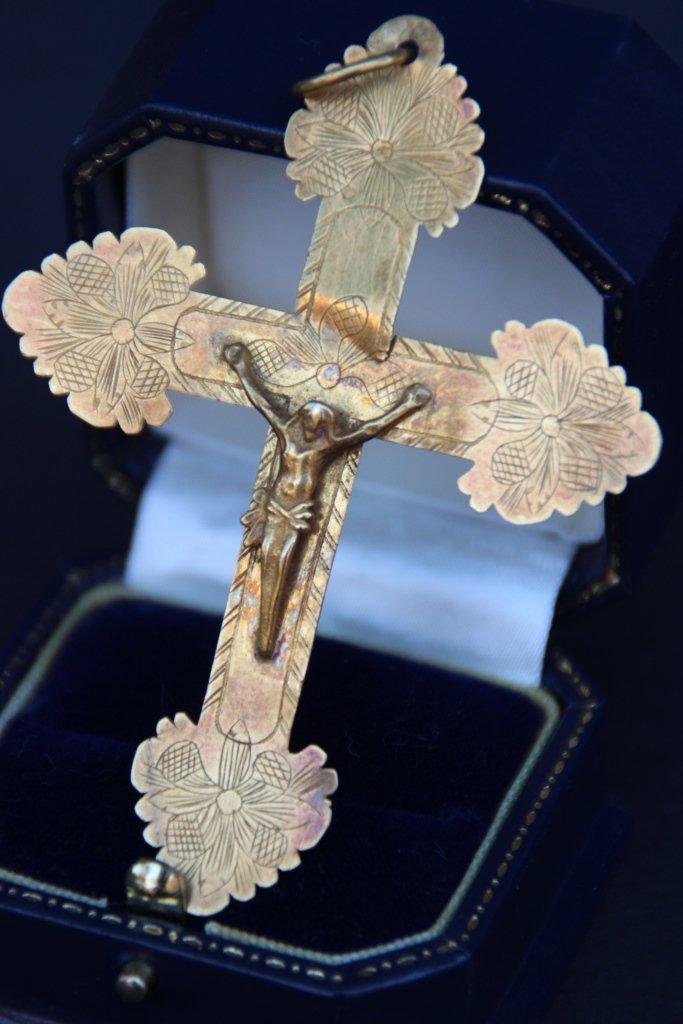 Croix en or ornée d'un jésus Poids : 8 g
