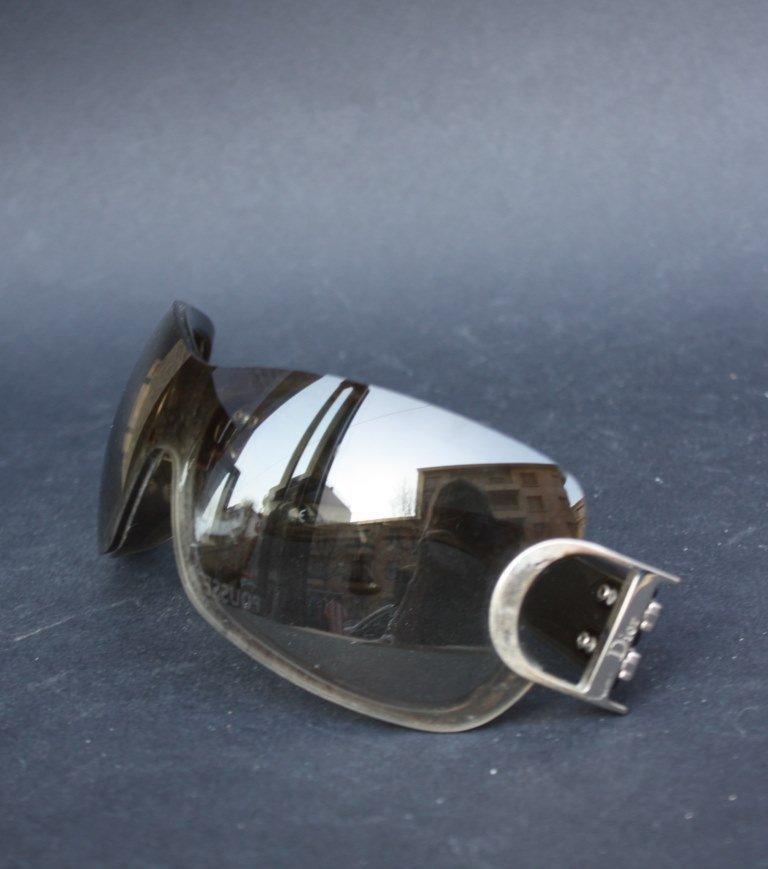 DIOR Paire de lunettes de soleil en métal et verres