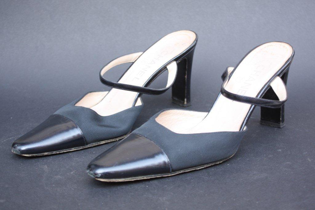 CHANEL Mules en tissu et cuir noir  Taille 39
