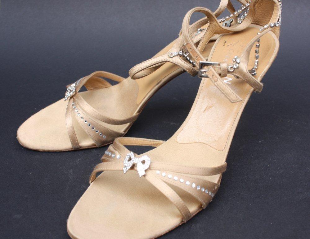 VALENTINO GARAVANI Sandales en satin beige à décor de