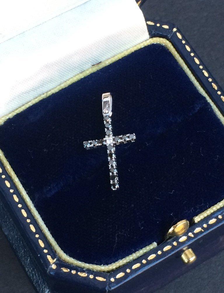 Pendentif croix en or blanc orn de brillants noirs