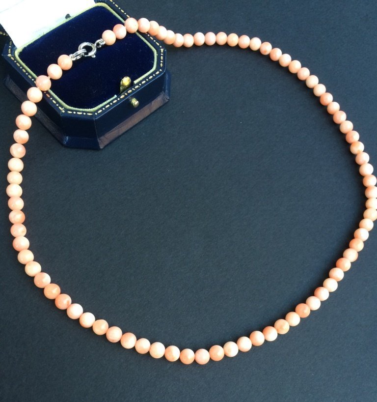 Collier de perles de corail, fermoir en or blanc L : 44