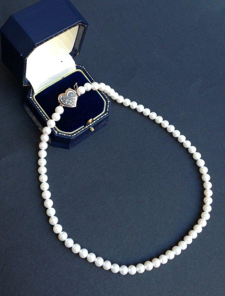 Collier de perles fines, fermoir cœur en or jaune 9 K