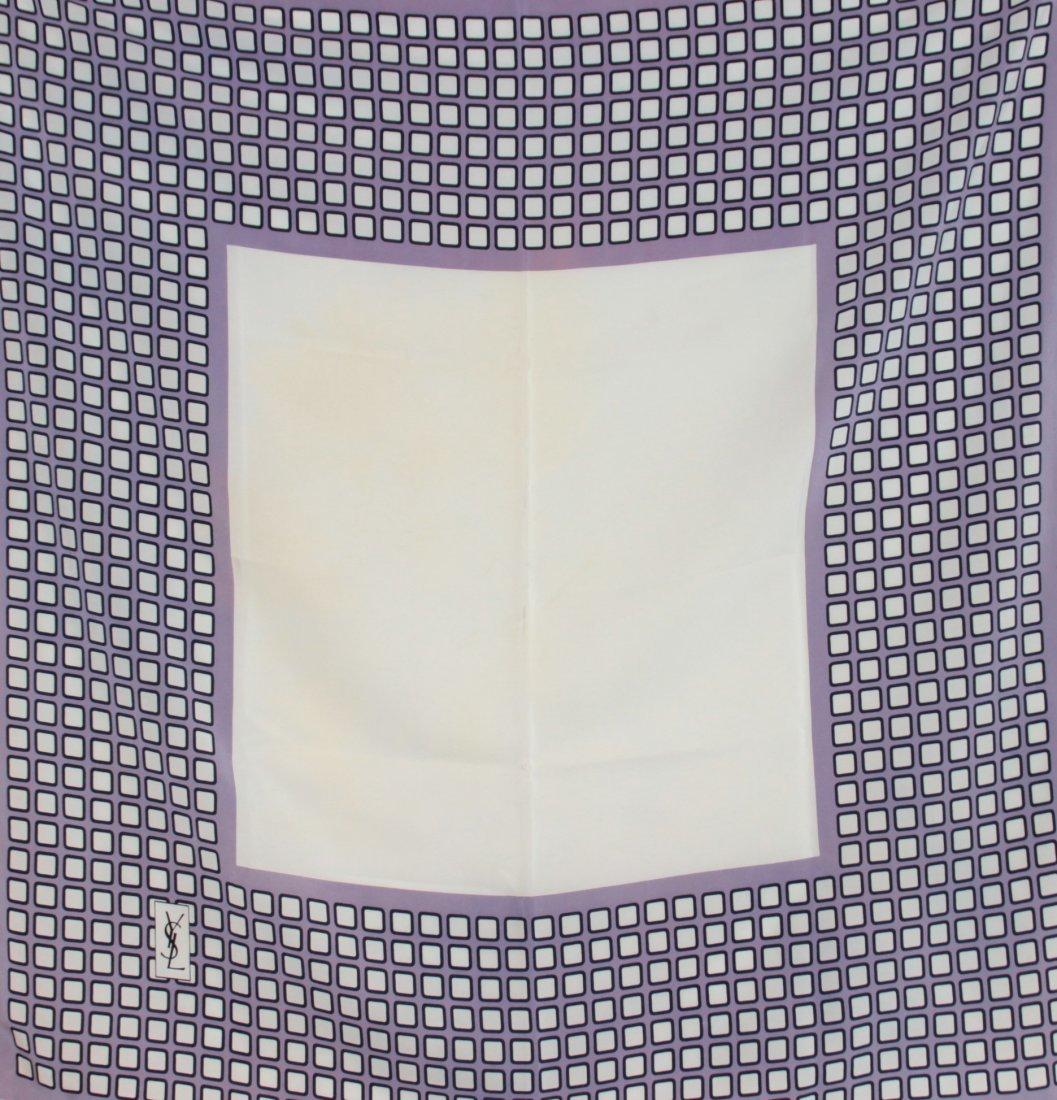 YVES SAINT LAURENT  Carr en soie imprime mauve