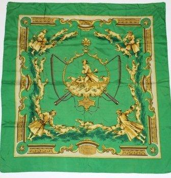 HERMES  Carr en soie imprime vert , titr Chiens et