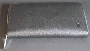 VUITTON Portefeuille en toile enduite noire , intrieur