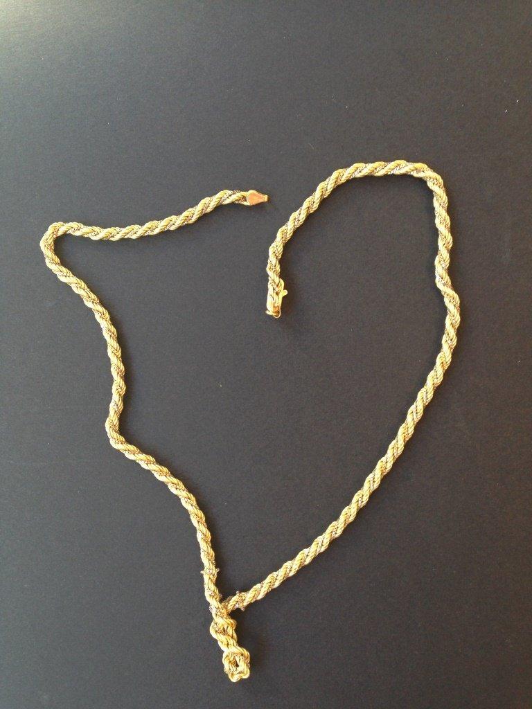 Collier en or jaune et blanc formé de mailles torsadées