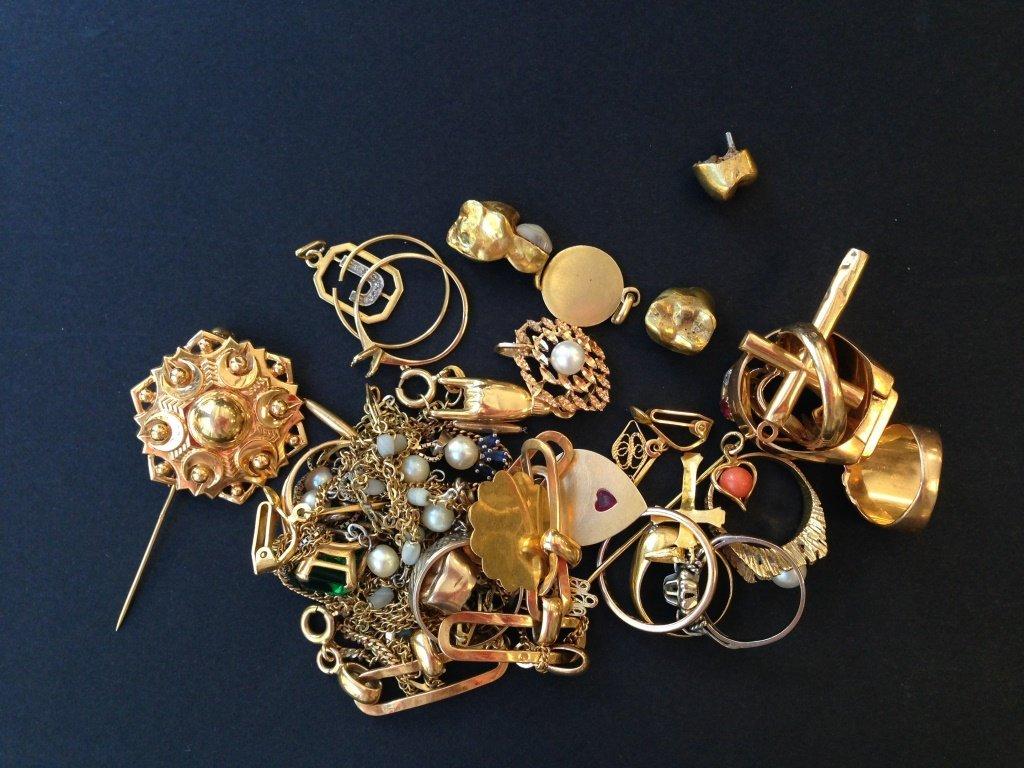 Lot d'or à la casse comprenant colliers, bagues ,