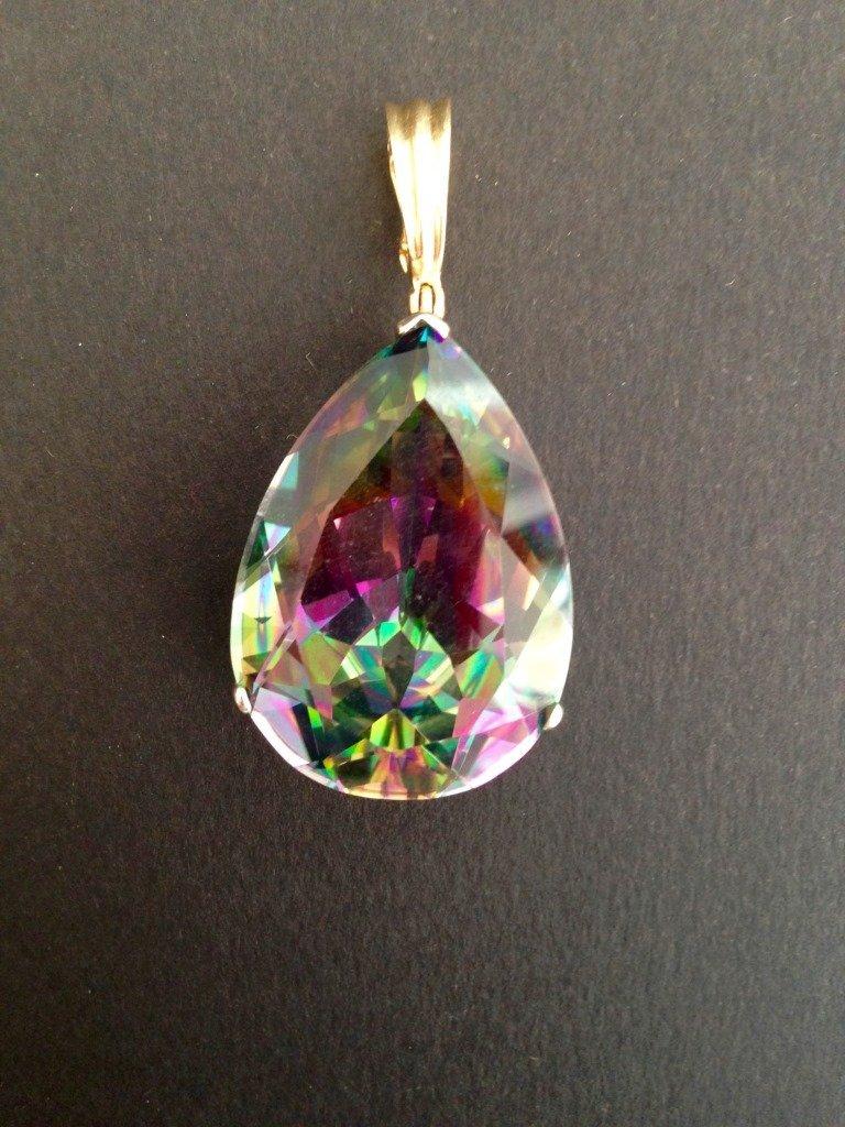 Pendentif formé d'une pierre à reflets multicolores,