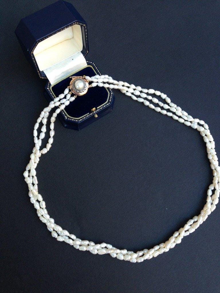 Collier formé de 3 rangs de perles d'eau douce, fermoir