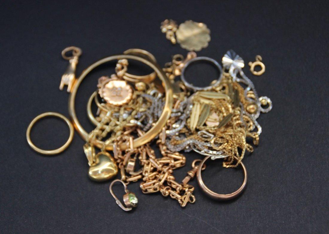 Lot de bijoux divers en or comprenant alliances,