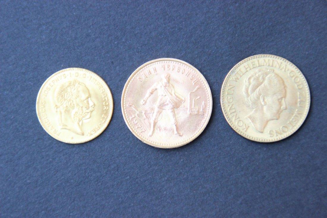 Ensemble de trois pièces étrangères en or Poids : 20 g