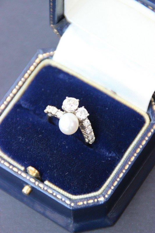 Bague en or blanc ornée d'une perle blanche et de