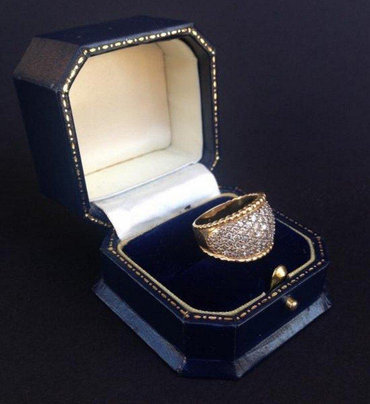 Bague en or jaune ornée d'un pavage de petits diamants