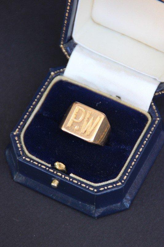 """Chevalière en or jaune avec inscription """"PW"""" Poids : 13"""