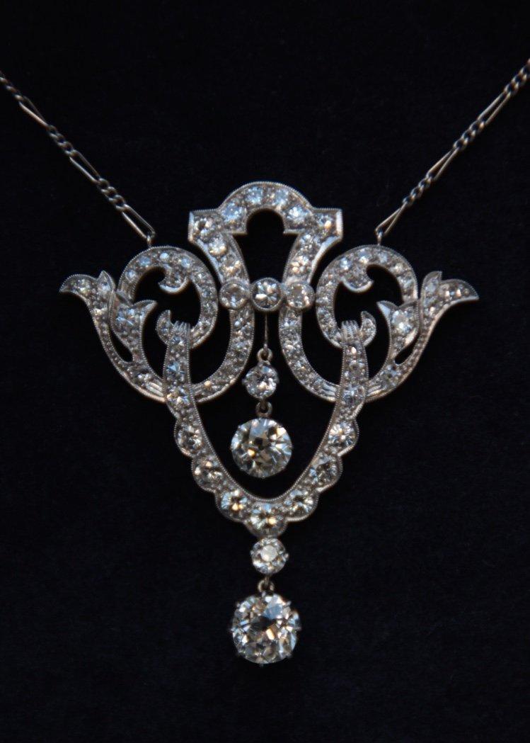 Collier en or blanc à décor de volutes ornées de