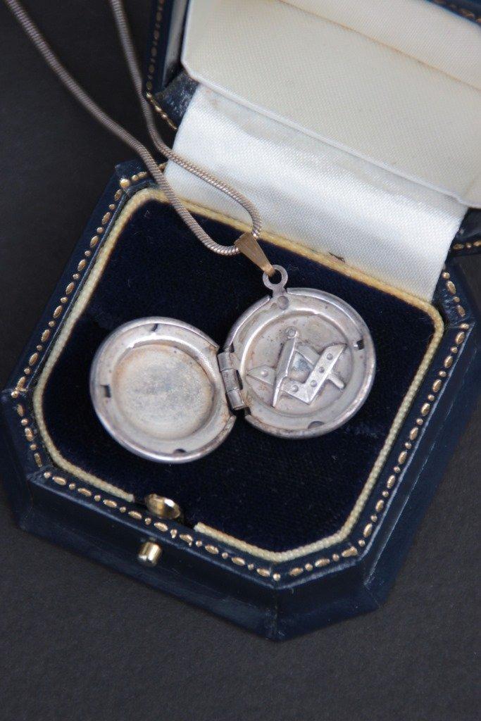 """Collier en argent avec pendentif """" Franc maçon"""" P : 7,9"""