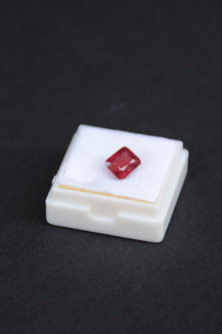 Rubis taille emeraude 7 x 6 mm