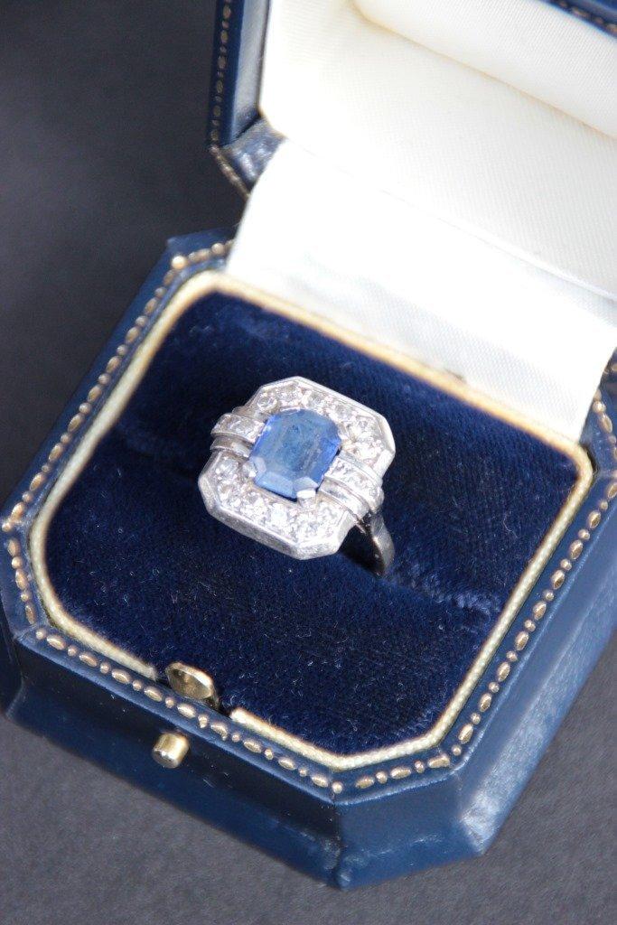 Bague en or blanc ornée d'une importante pierre bleue