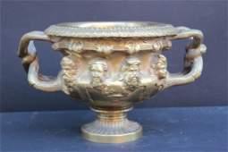 Réplique du vase Warwick en bronze ciselé et doré. Fin