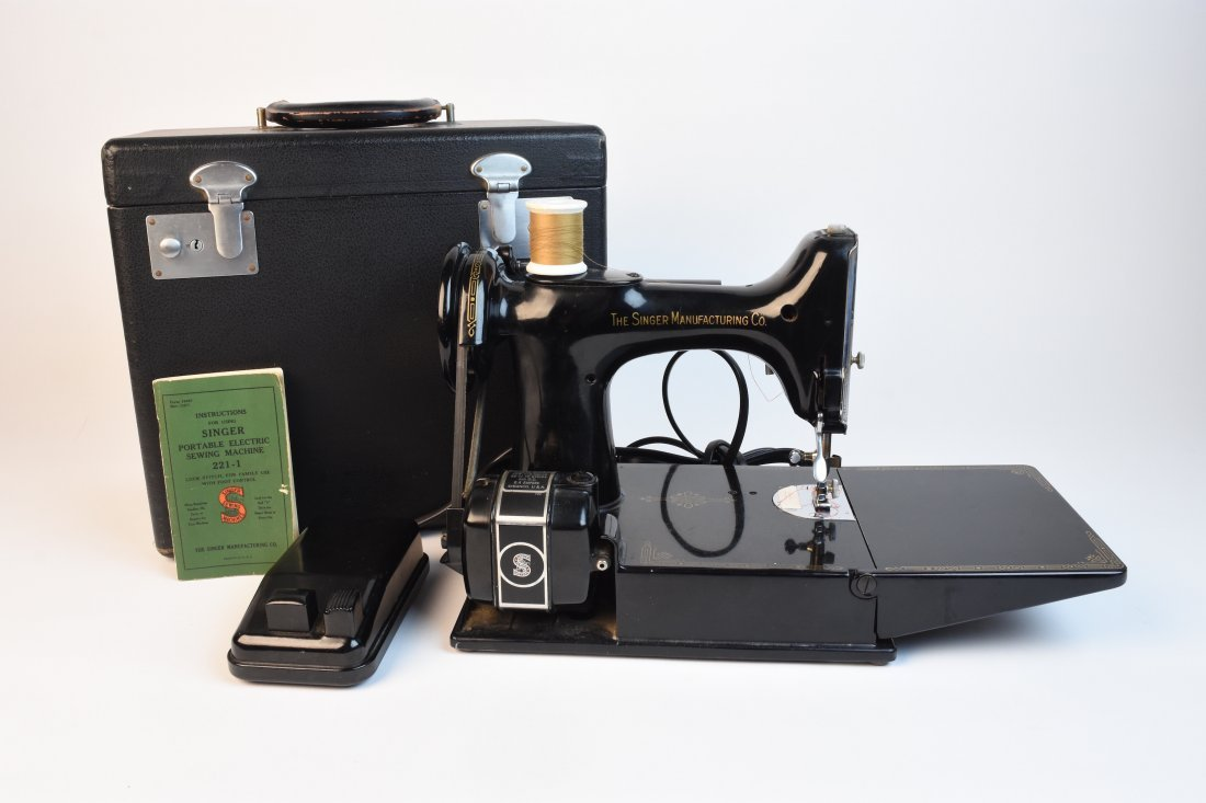 Featherweight Singer Sewing Machine 221-1