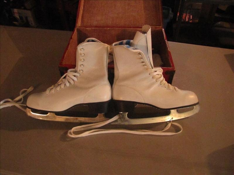 5: Pair of size 9 ice skates