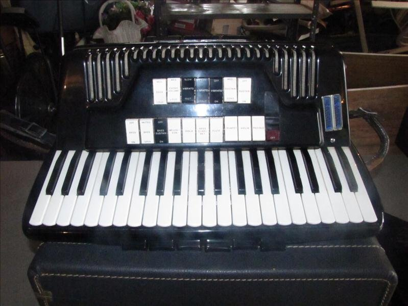 10: Cordovox accordion