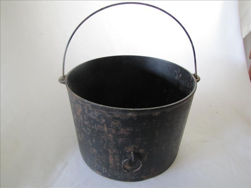 17: Wagner Cast Iron Bucket
