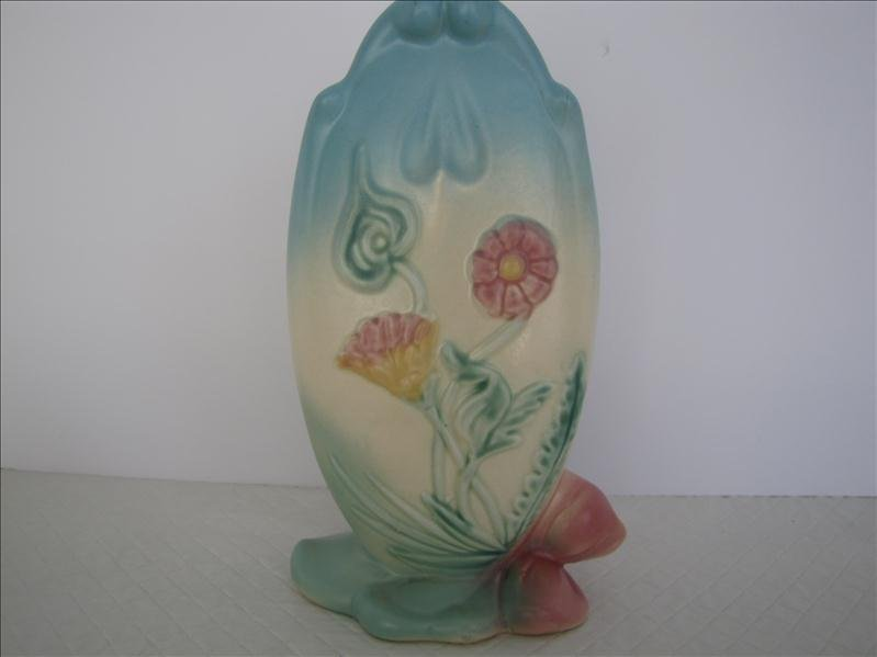 19: Hull Art Bow Knot Pottery Vase