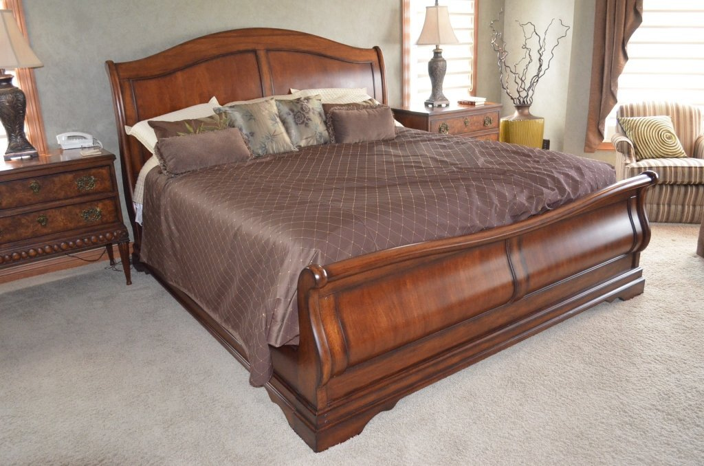 King Size Mahogany Sleigh Bed W/ Bedding