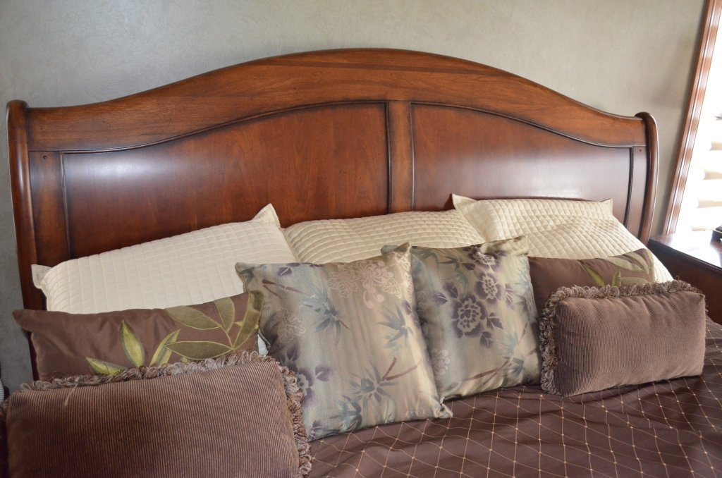 King Size Mahogany Sleigh Bed W/ Bedding - 2