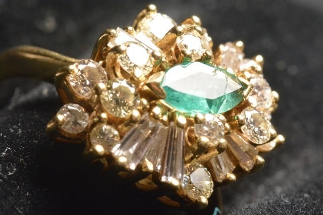 18K Yellow Gold Ring W/ Emerald & Diamonds - 4