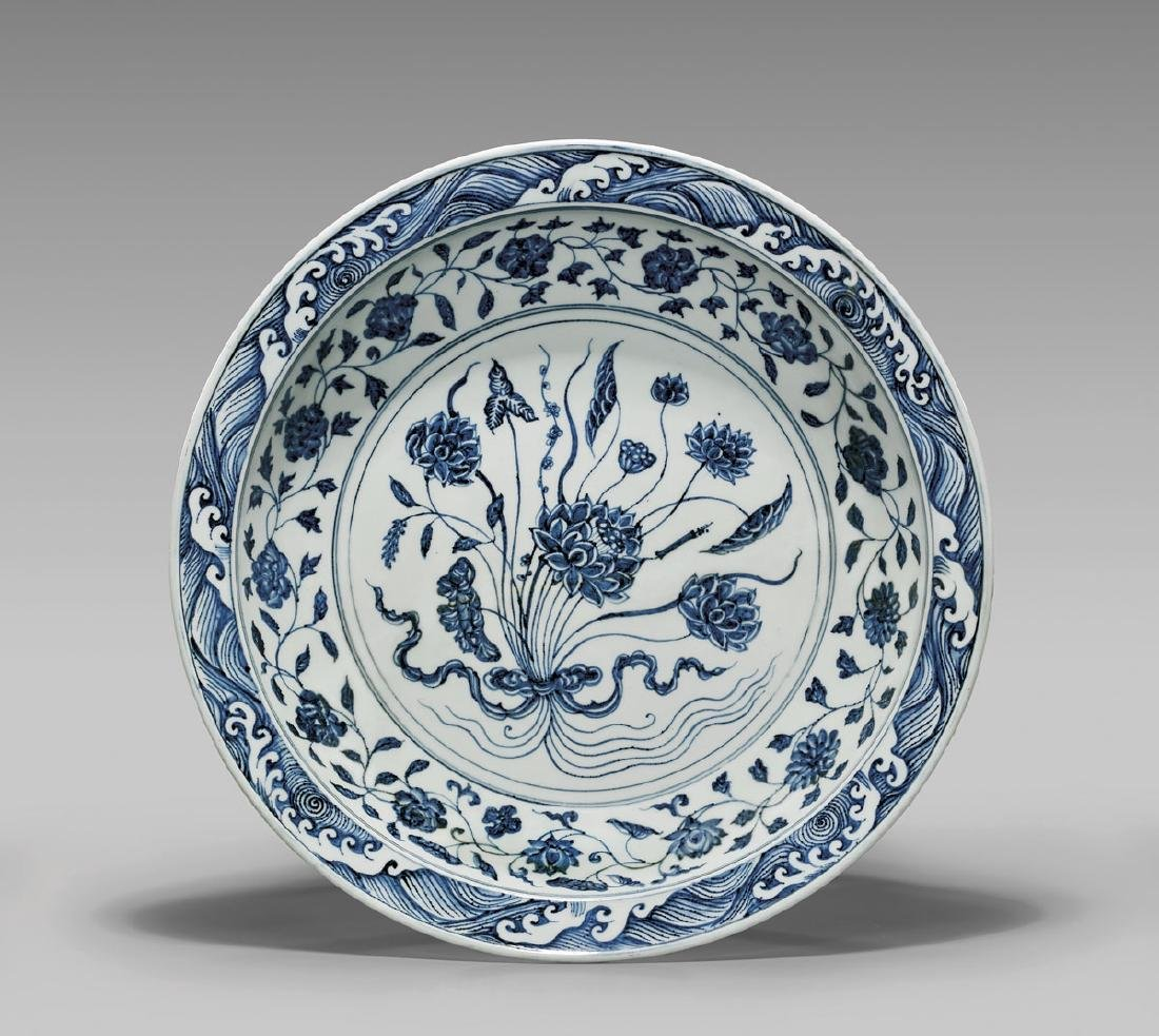 IMPORTANT YONGLE BLUE AND WHITE CHARGER