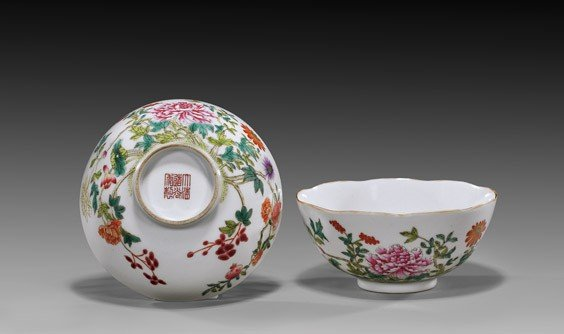 PAIR DAOGUANG-STYLE FAMILLE ROSE BOWLS