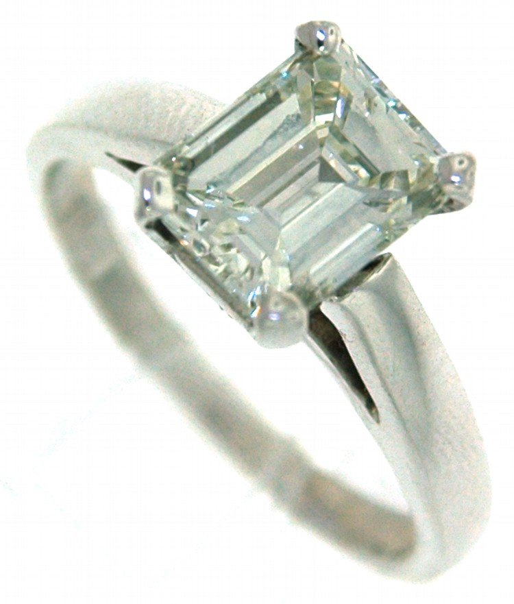 272: 18 kt ring with 2.02 ct in Em cut Diamond