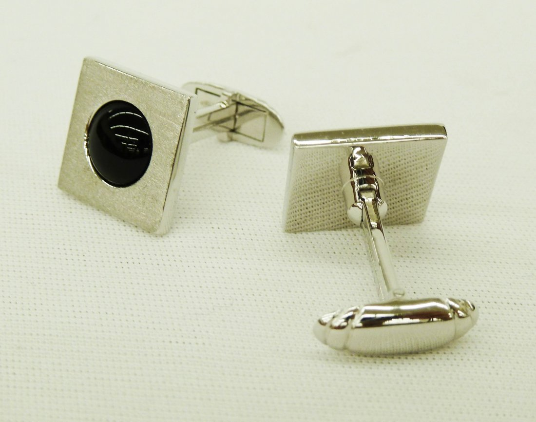 95: Pair of 18k White Gold Men's Cufflinks with Onyx Ce